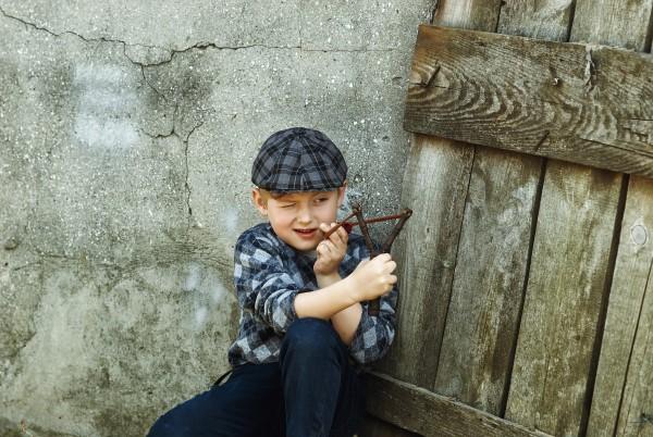 Kind mit Schleuder
