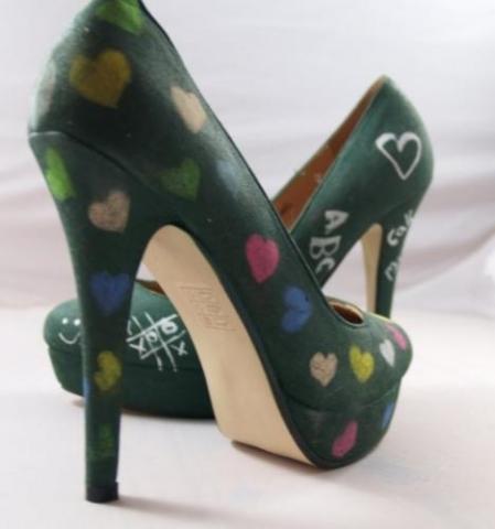 Auch Schuhe kann man mit Tafelfarbe bemalen