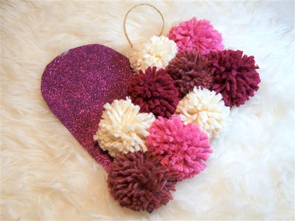 Valentinstagsdeko mit Pompons und Glitzer