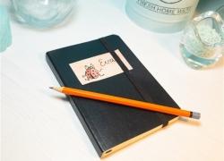 Notizbuch mit selbst gemachtem Namensaufkleber