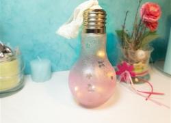 DIY-Deko: Zauberhafte Glühbirne mit LED-Lichtern