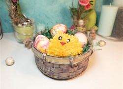 Osterkörbchen mit süßem Küken-Pompon selber machen