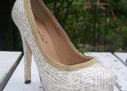 Schuhe mit Buchseiten beklebt