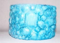 Armreif aus Klebebandrolle mit blauen Steinen