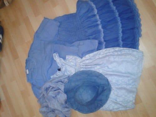 Verschiedene Kleidungsstücke mit Waschmaschinenfarbe eingefärbt