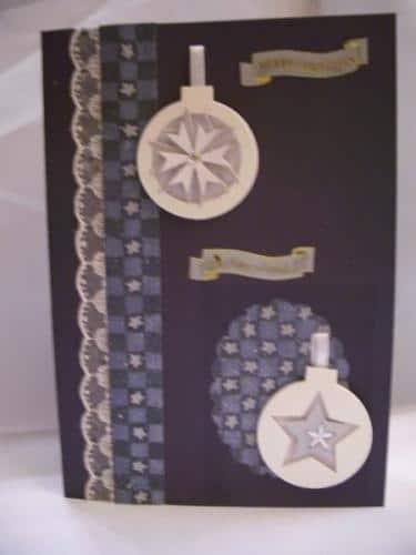 Weihnachtskarte mit 3D-Christbaumkugeln
