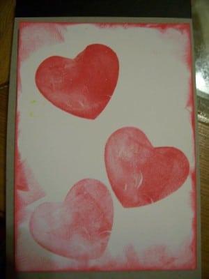 Kartenpapier mit selbstgemachten Herz- und Sternenstempeln
