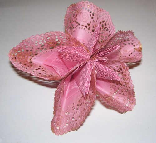 Blüte aus Tortendeckchen