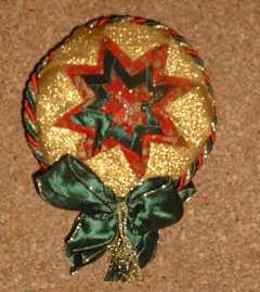 Weihnachtliches Medallion in Artischockentechnik