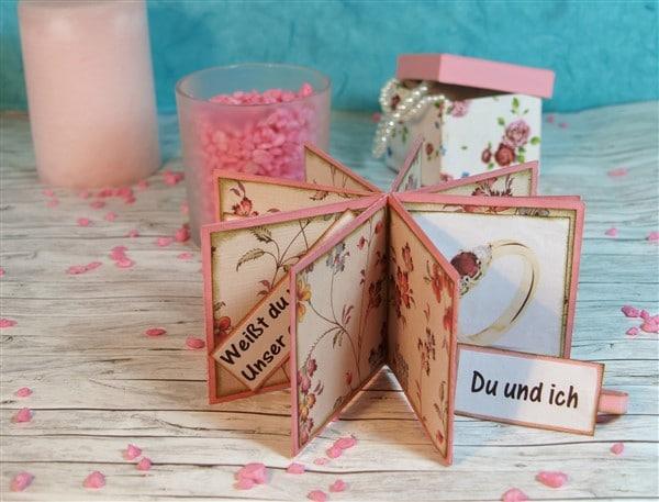 Romantische Verlobung - Heiratsantrag mit einem Fotoalbum