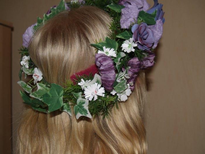 Kopfkranz aus Papierblumen