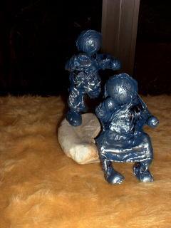 Kinderfiguren auf Stein