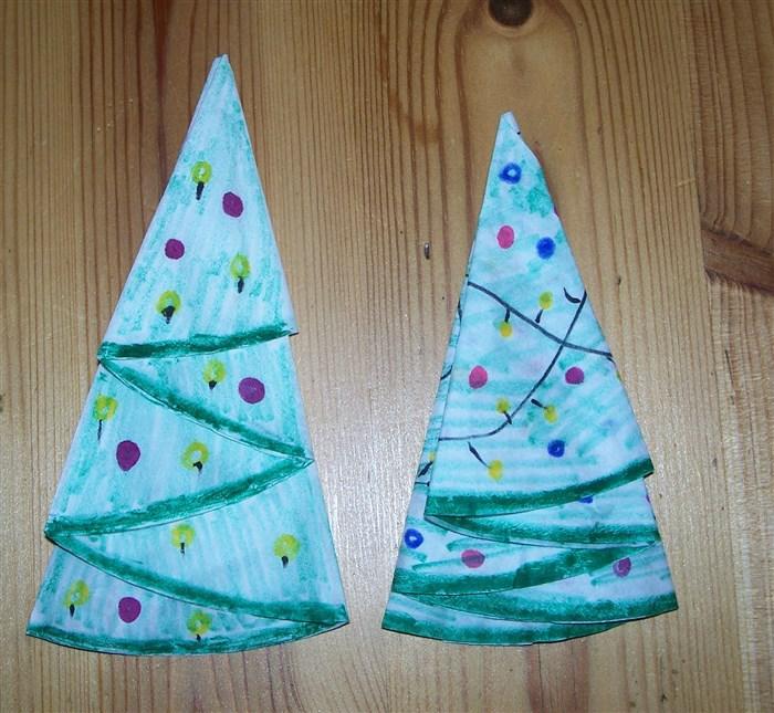 Tannenbäume aus Papierkreisen basteln