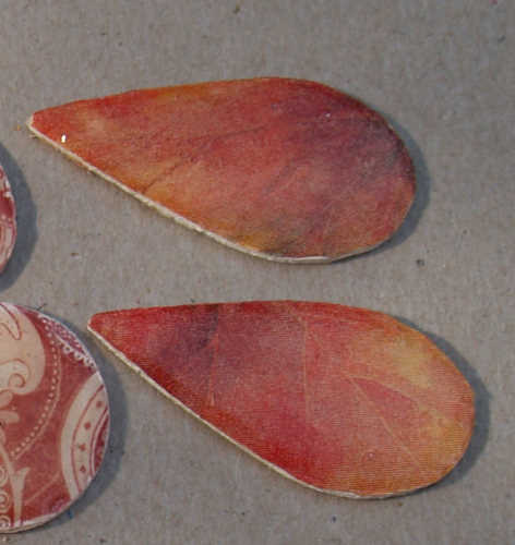 Schmuckteile aus Holz mit Serviettenresten