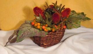 Herbstlicher Rahmen und Gesteck mit Beeren