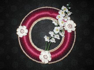 Roter Kranz mit Blumen