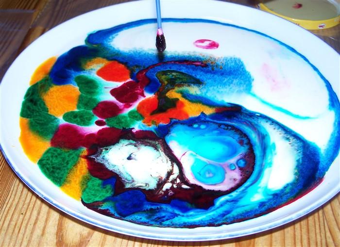 Milch und Farbe - ein tolles Experiment nicht nur für Kinder