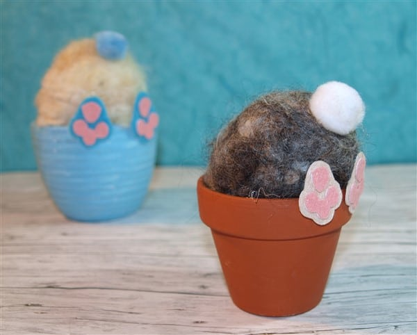 Neugierige Osterhasen im Blumentopf