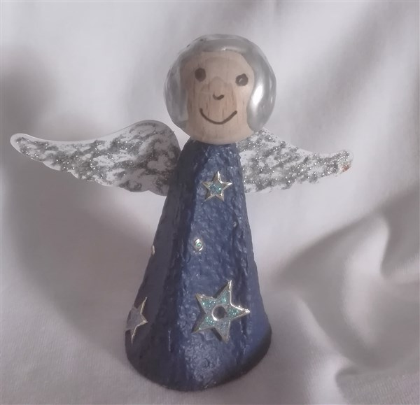 Oma-Engel aus Eierkarton basteln