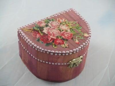 Rote Holztruhe mit Halbperlen aus dem Perlenpen