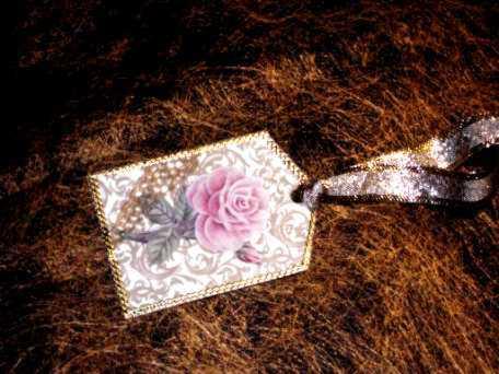 Festliche Geschenkanhänger mit Rosen