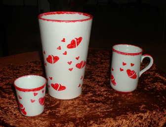 Vase, Kaffetassen und Teller mit Herzchen in Schablonentechnik