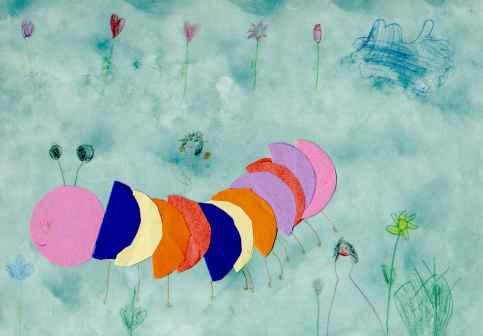 Kinder basteln mit Papier und Farbe: Raupe auf einer Blumenwiese