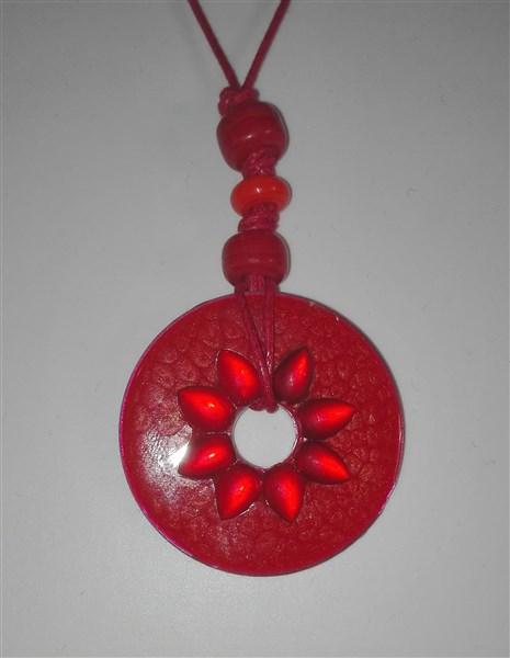Kette mit Unterlegscheibe mit roten Glassteinen
