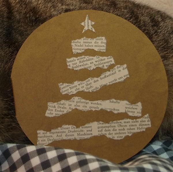 Weihnachtskarte mit stilisiertem Weihnachtsbaum aus Buchseite