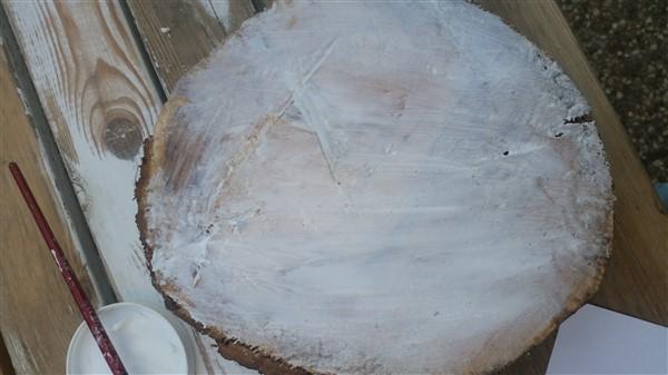 Holzscheibe mit Mod Podge bestreichen