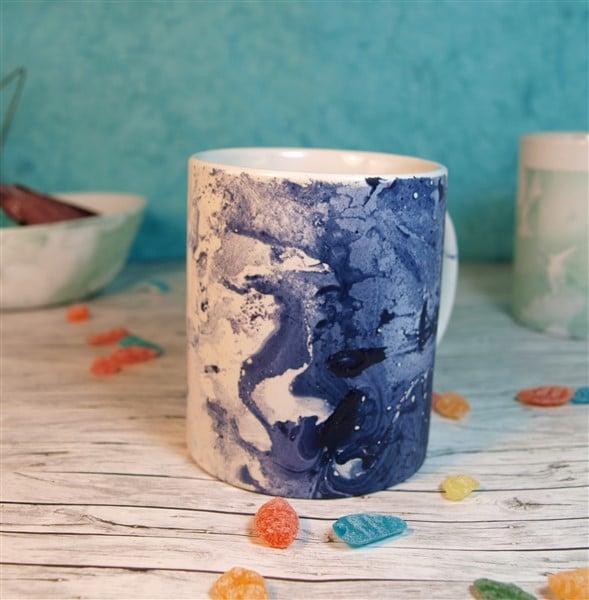 Tassen mit Nagellack marmorieren