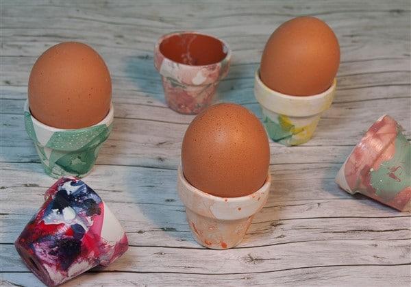 Eierbecher mit Nagellack marmorieren