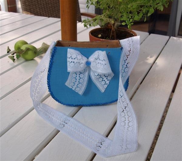 Papptasche mit Schleife