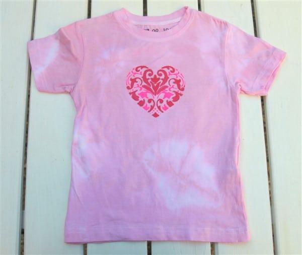T-shirt mit Edding Textilmarken und Textilstiften in rot und pink mit Schablone gestalten
