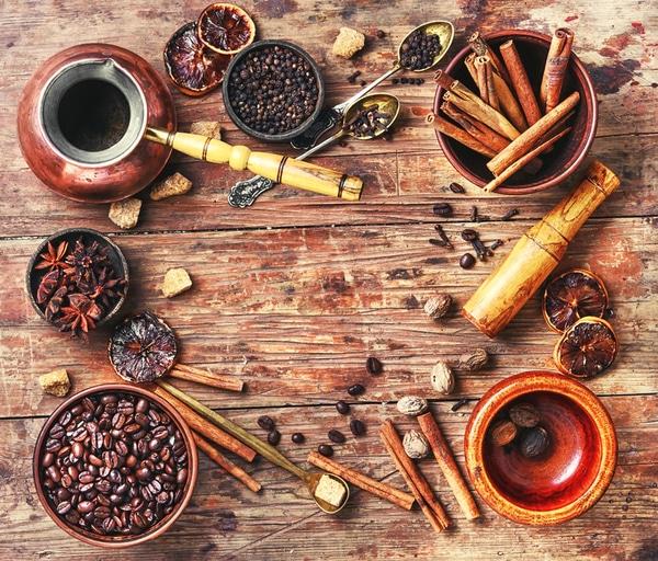 Rezepte für aromatisierten Kaffee und Schokoladenlöffel