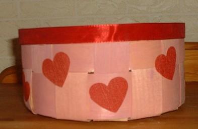 Korb mit ausgestanzten Herzen aus Tapetenresten