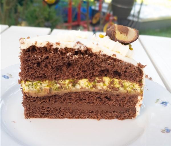 Marzipan-Nougat-Torte mit Pistazien-Sahne und Schokoladen-Ganache