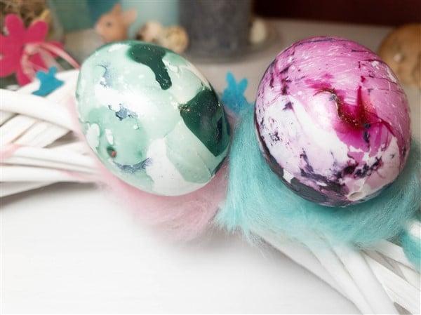 Weidekranz mit marmorierten Ostereiern selber machen