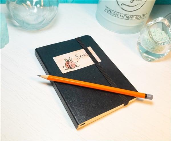 Notizbuch mit selbstgemachtem Namensaufkleber