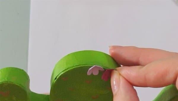 Deko DIY: sommerlicher Kaktus aus Pappmasché