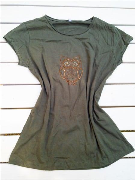 Pimp my T-Shirt: Einfaches Baumwoll-Shirt mit Bügelstrassmotiven umgestalten