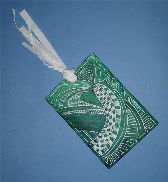 Geldgeschenk aus Toilettenpapierrolle mit weißem Doodle-Muster