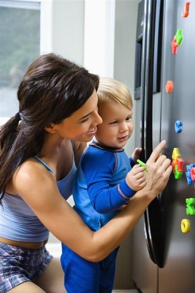 Kindern spielend den Magnetismus erklären – so können Eltern für den Aha-Effekt sorgen!