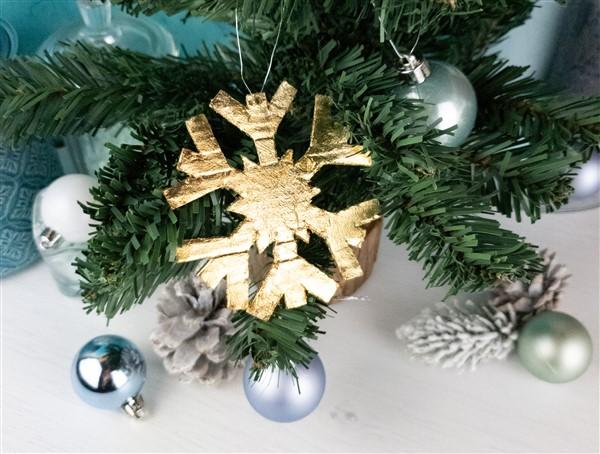 DIY Weihnachtsbaumschmuck: Schneeflocken mit Blattgold selber machen