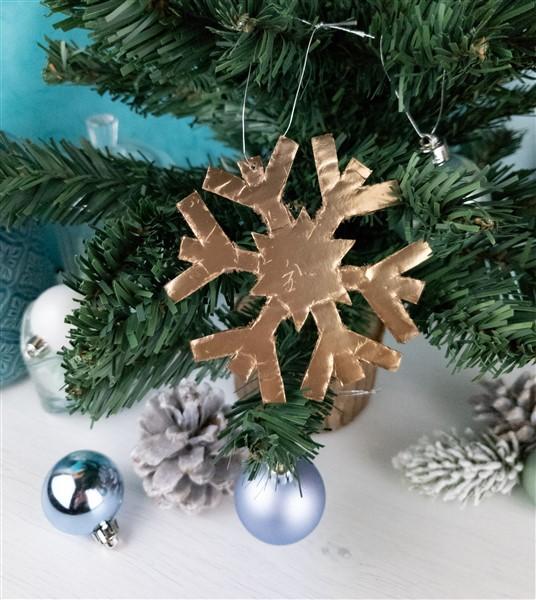 DIY Baumschmuck: Goldene Schneeflocken für den Weihnachtsbaum selber machen
