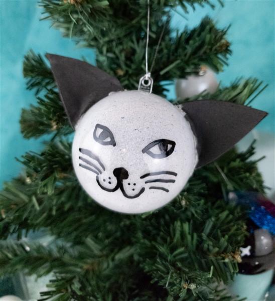 Für echte Katzenfans: DIY Katzen-Weihnachtskugel