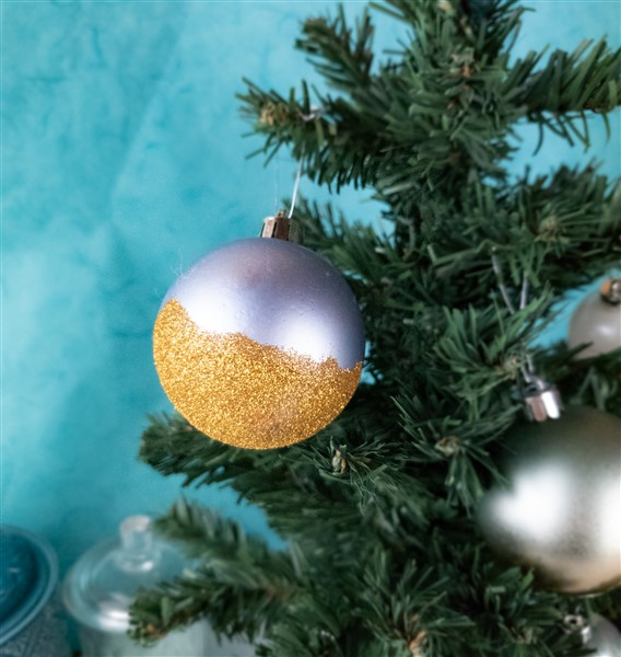 DIY Weihnachtskugel: Alte Weihnachtskugeln mit Glitzer aufwerten
