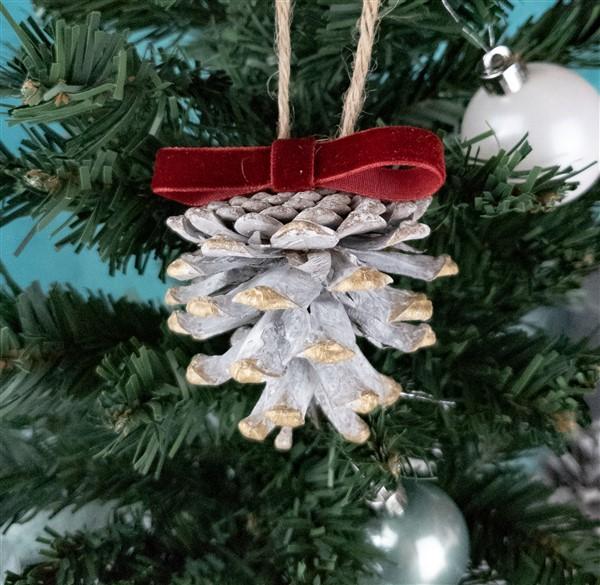DIY Weihnachtsbaumschmuck: Tannenzapfen-Anhänger basteln