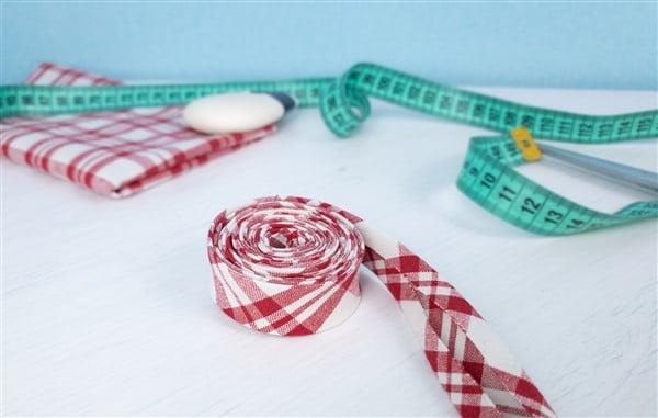 Schrägband selber machen – mit dem Schrägbandformer oder einer Papierschablone