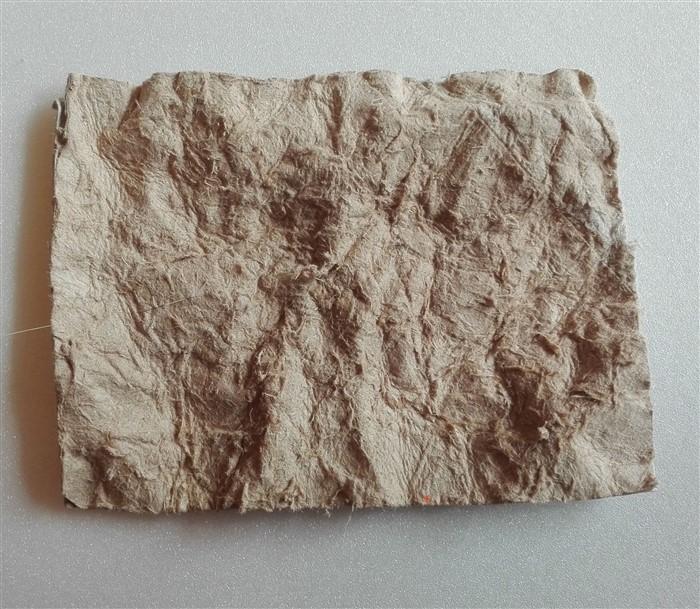 Falsches Leder aus Toilettenpapierrollen basteln